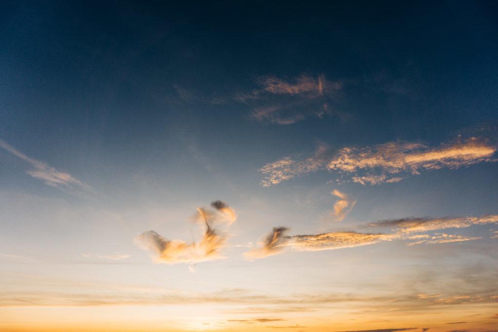 Wolken am Sonnenuntergangs-Himmel