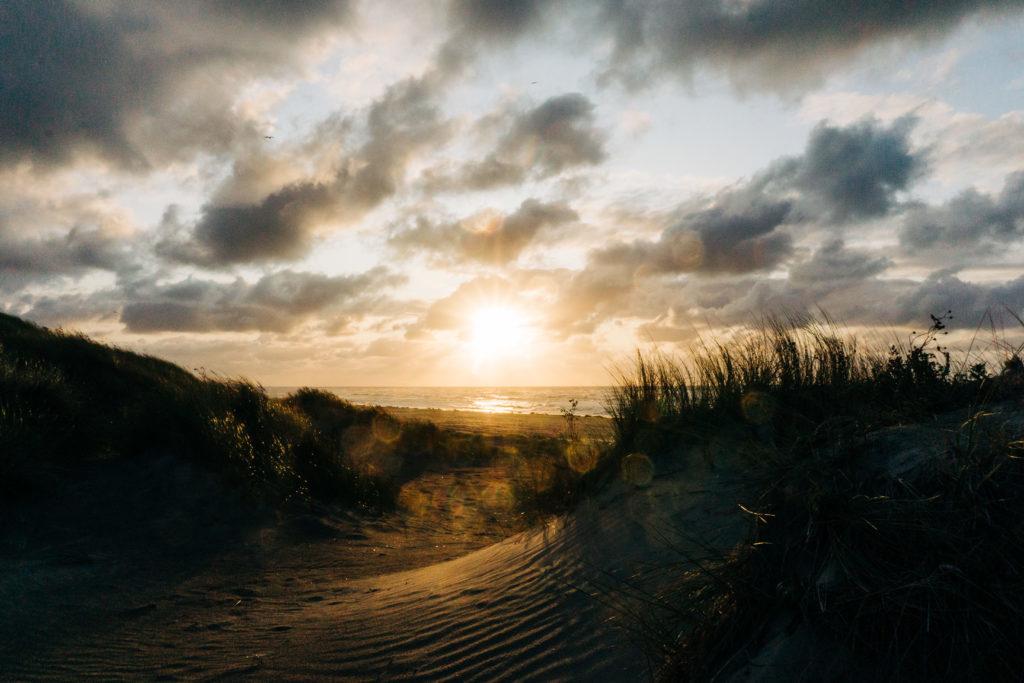 Französische Küste mit Sonnenuntergang