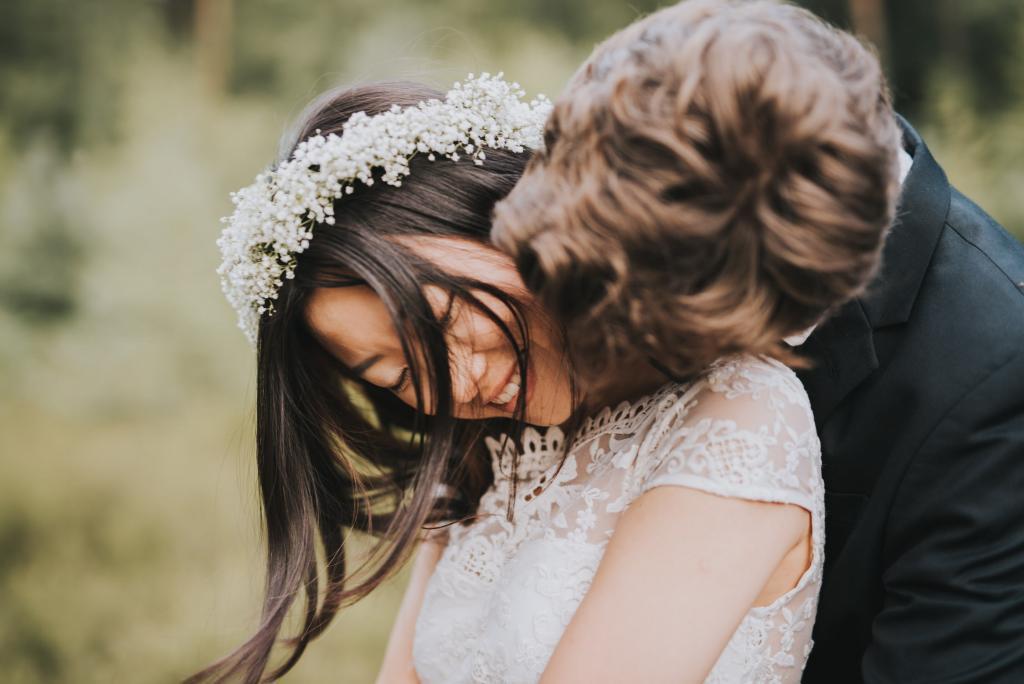 Bräutigam kuschelt mit der Braut