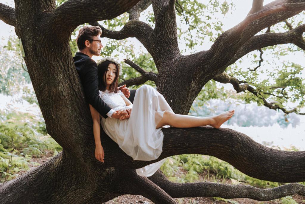 Brautpaar mit Baum
